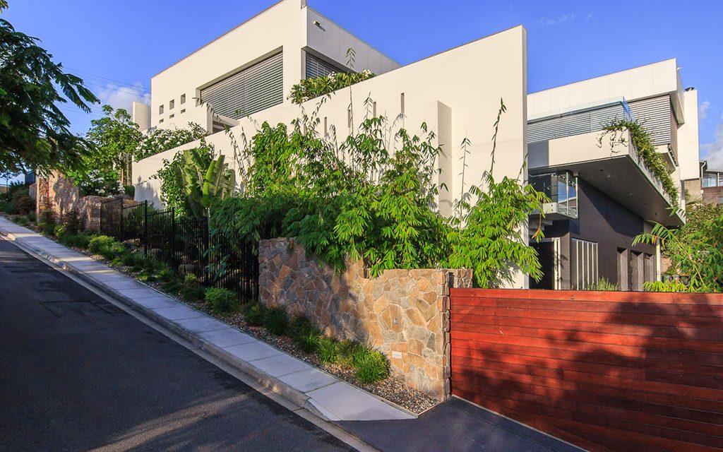 Taringa-side-garden